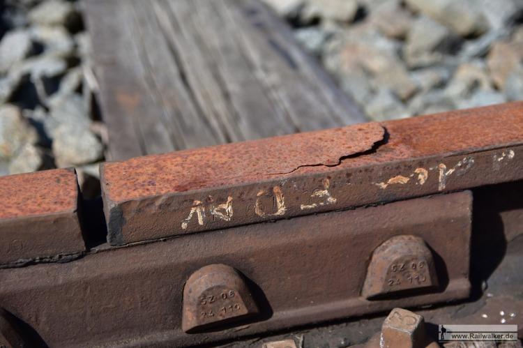 Detailansicht der Schienenköpfe an einem gelaschten Schienenstoß.