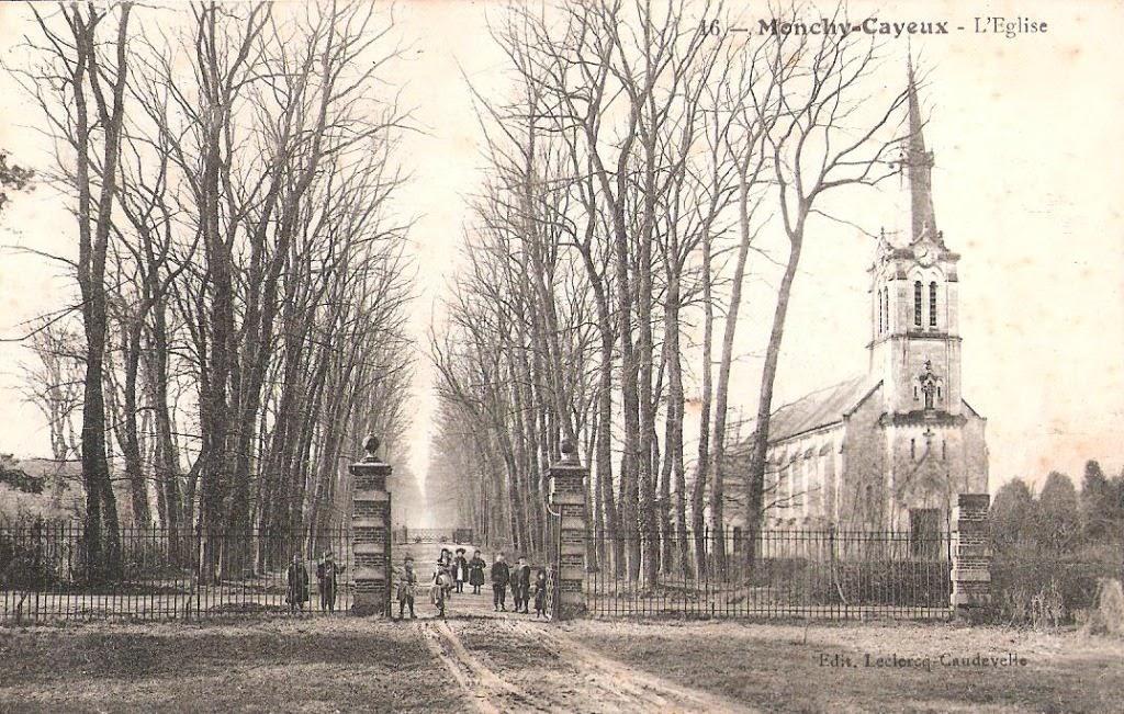 Mit dem Blick durch das geöffnete Tor ist einer der Bahnübergänge zu sehen