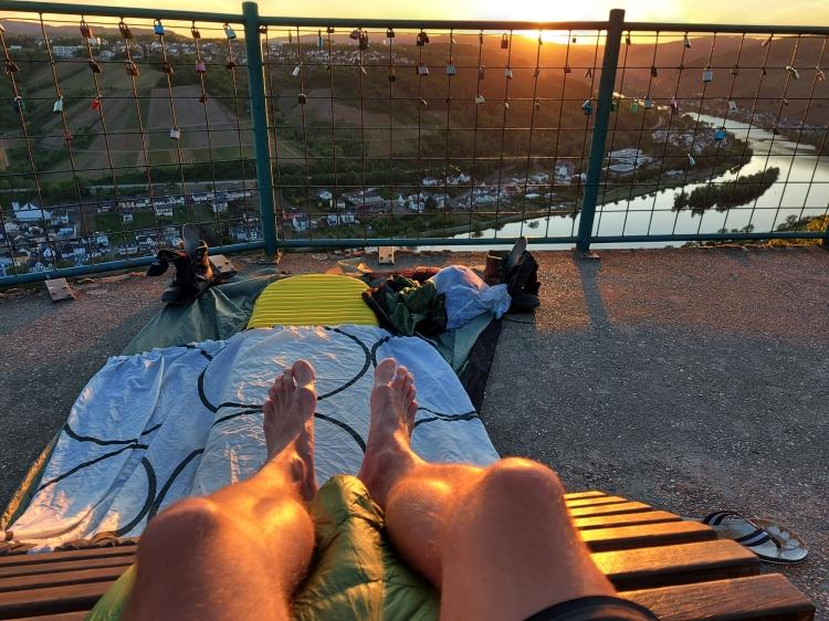 Cowboy-Camping oberhalb der Mosel auf einer Aussichtsplattform.