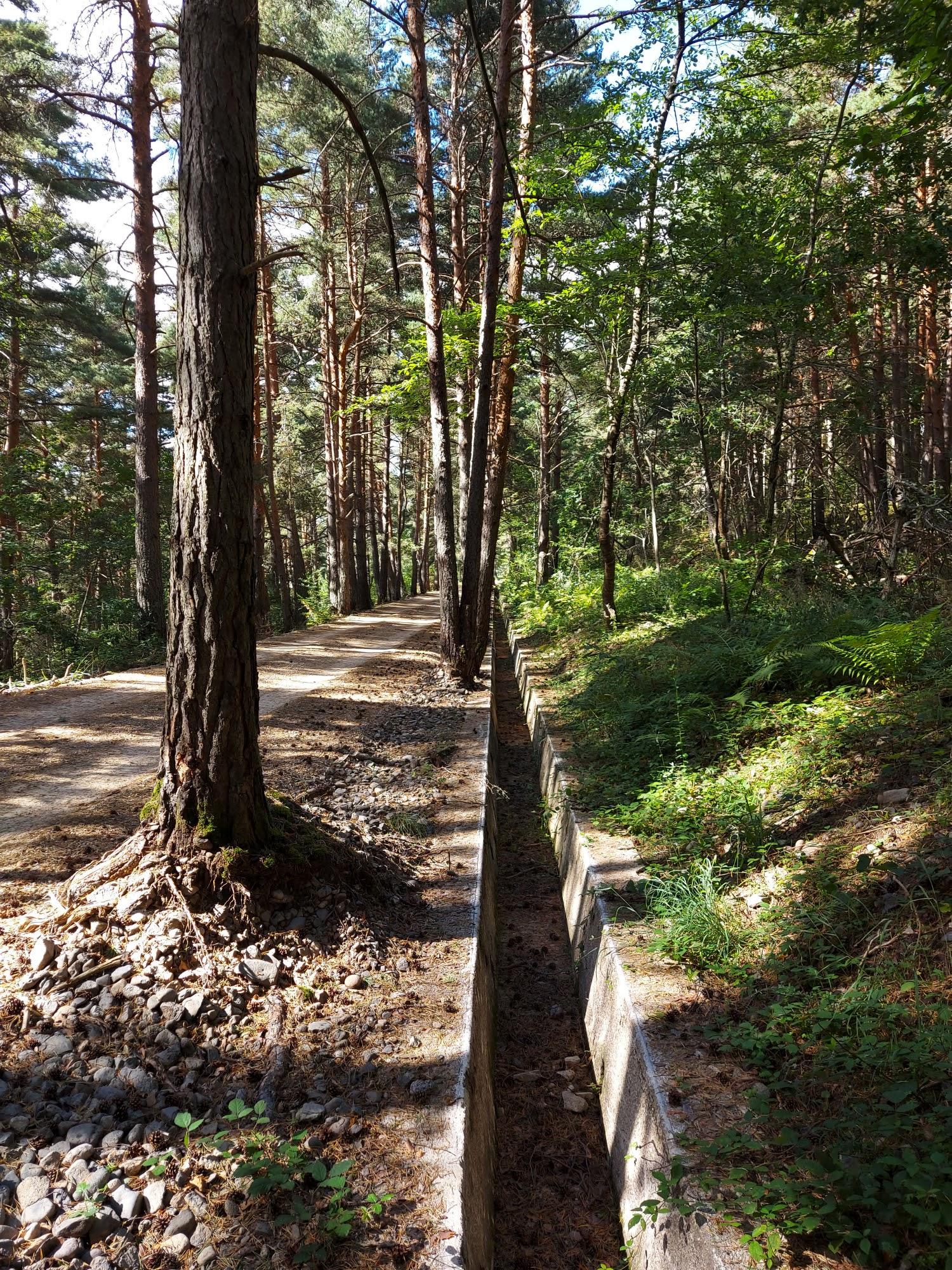 Die auf beiden Seiten vorhanden Gräben zeigen auf, dass hier in den 20er Jahren vermehrt neue Werkstoffe wie Beton eingesetzt wurden.