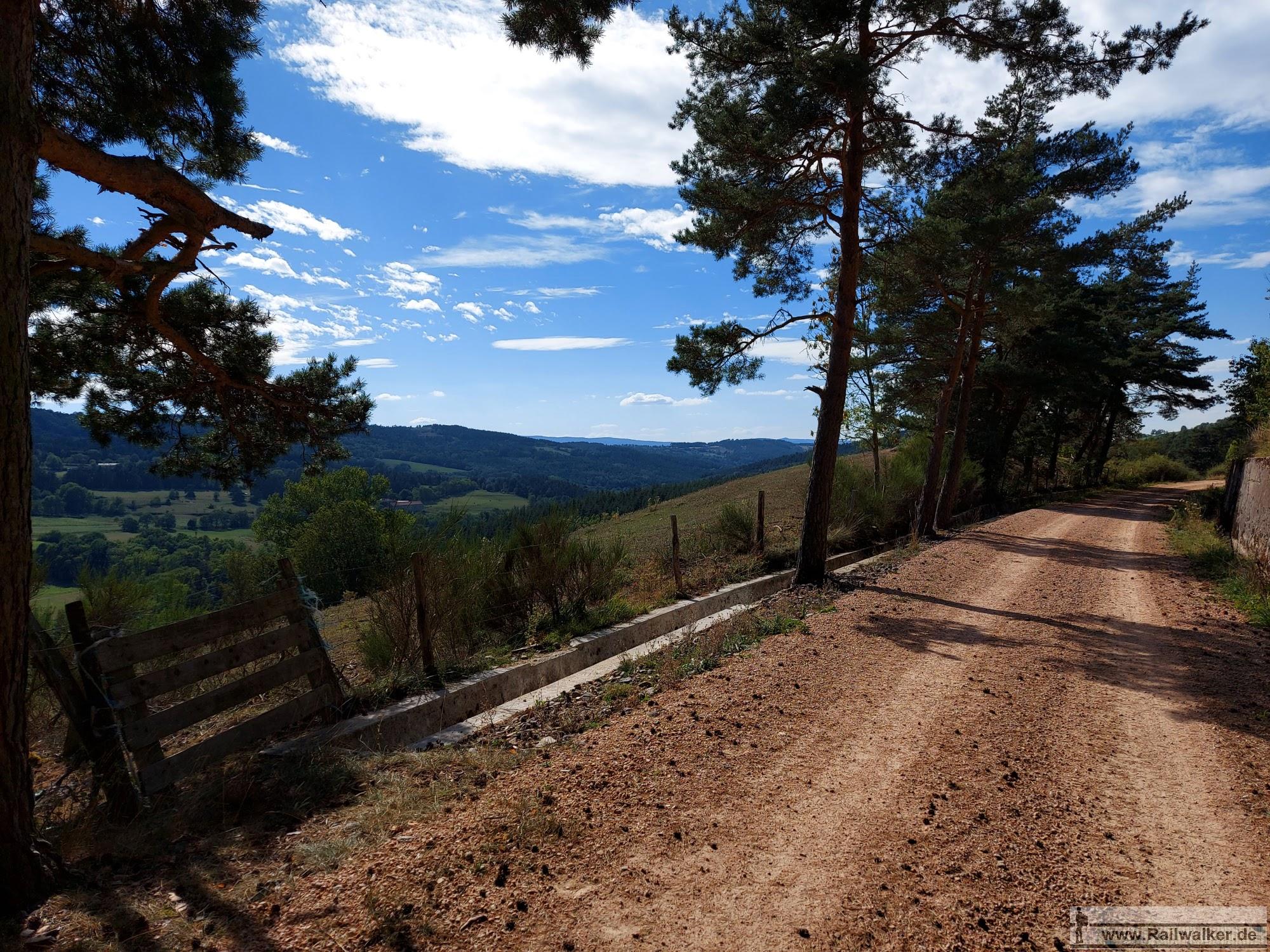 Unter geschickter Ausnutzung der Topografie klettert die Bahnstrecke von Le Puy aus über 400m in die Höhe. Dafür wurden einige langgezogene Schleifen errichtet, die den Streckenverlauf deutlich verlängerten. Oft wird der Wanderer nun mit einer guten Aussicht auf die Umgebung belohnt.