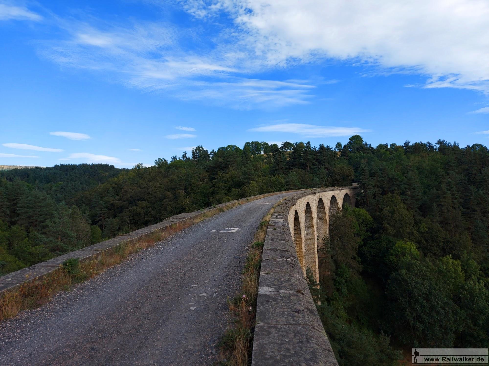 Das 158m lange Viaduc des Badioux. Wie auch alle anderen Viadukte fehlen bis heute die seitlichen Geländer. Besucher sollten also schon schwindelfrei sein.