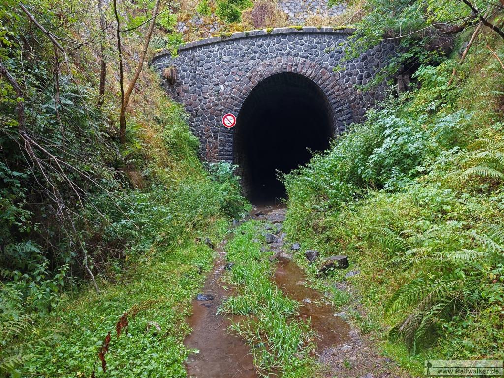 """Der Scheiteltunnel """"Tunnel de Présailles"""". Der Zugang ist nicht versperrt. Ein Befahren mit Fahrzeugen ist aber laut Schild verboten. Wer es zu Fuß versuchen möchte, kann dies gerne tun. Der Umweg über den Berg auf die andere Seite beträgt 5 Kilometer."""