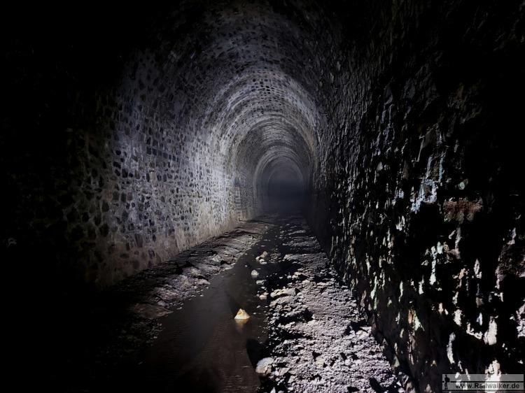 Im Innern der 2626m langen Tunnelröhre