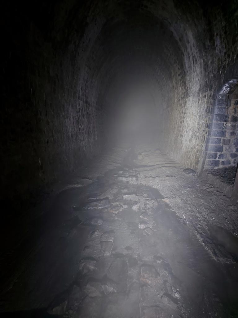 Die hohe Luftfeuchtigkeit steht wie Nebel im Tunnel