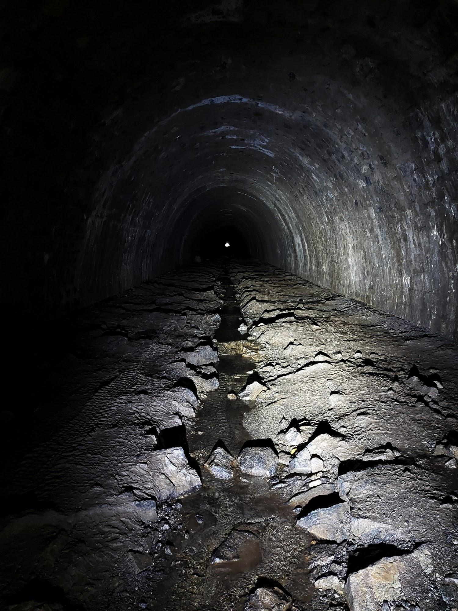 Auf den letzten ca. 1,5 Kilometern verläuft der Tunnel gerade ohne Kurve. Der ausgang ist schon zu sehen, aber noch immer knapp 20 Minuten entfernt.