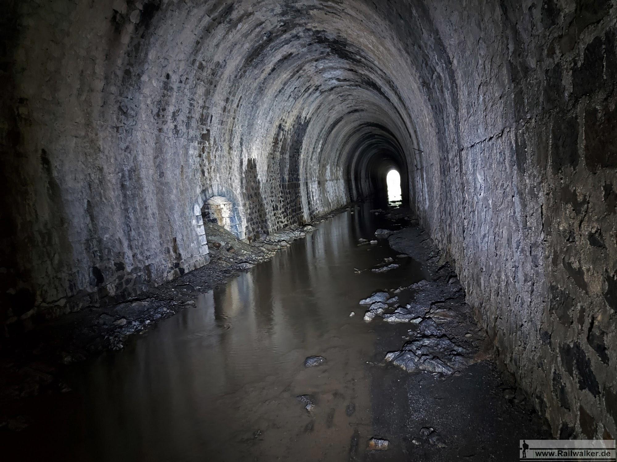 Zum Ende hin steht mehr und mehr Wasser in der Tunnelrohre und fließt nicht ab. Ein trockener Pfad ist bald nicht mehr vorhanden.