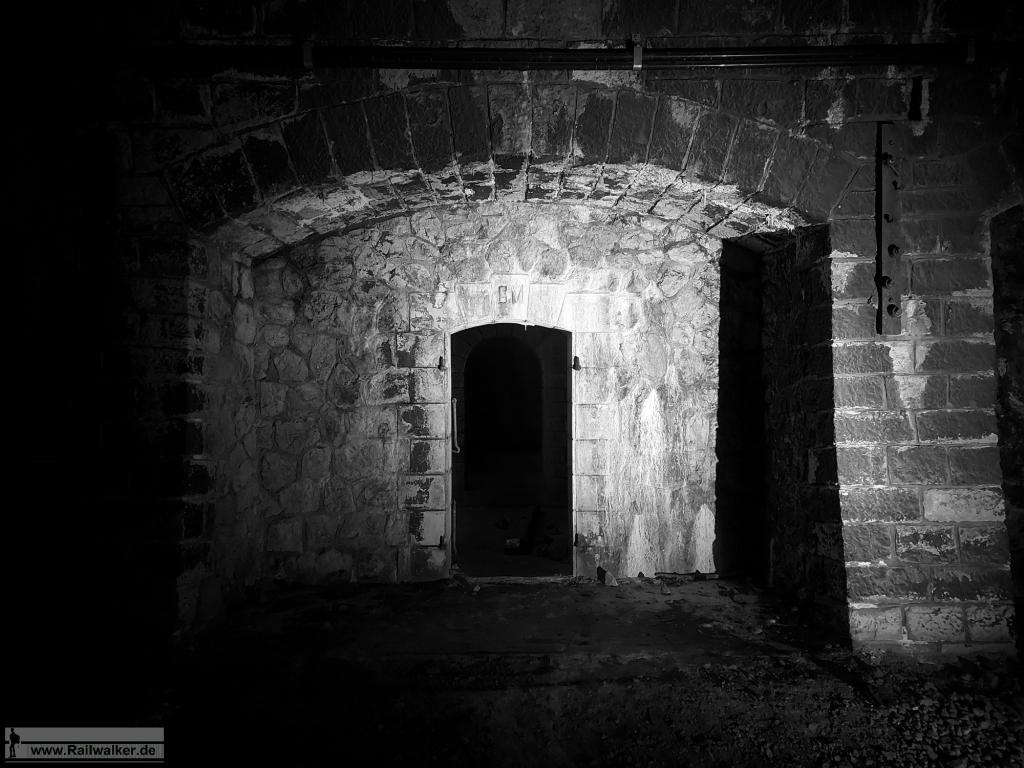 In einer der Tunnelnischen befindet sich der Zugang zu den Sprengkammern.