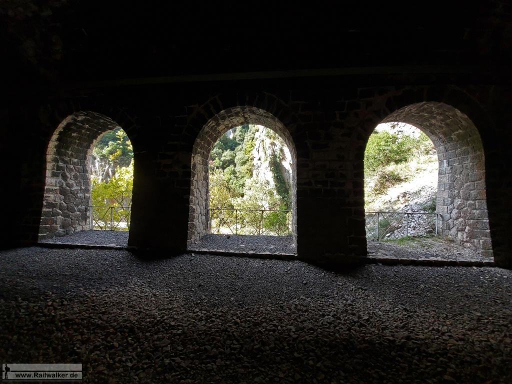Im Tunnel gibt es mehrere Fenster nach draußen zur Schlucht.