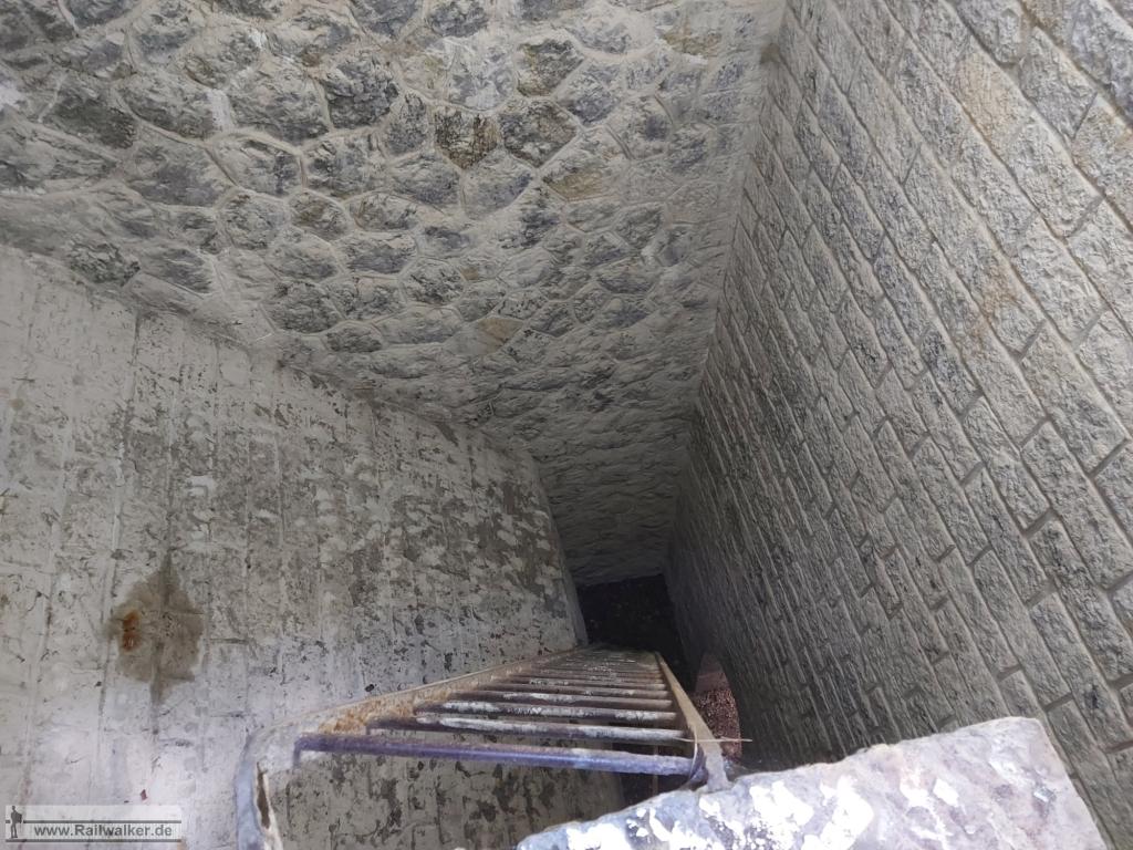 Als Erstes geht es eine Leiter hinunter.