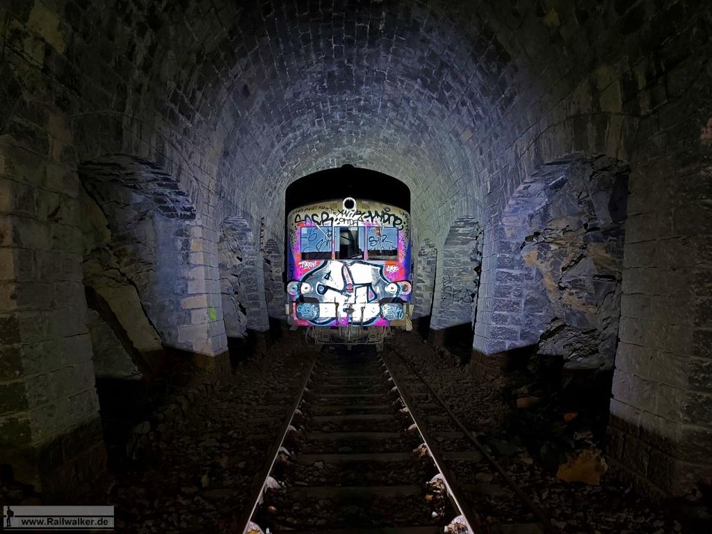 Der Triebwagen X 8706 im Tunnel des Oliviers