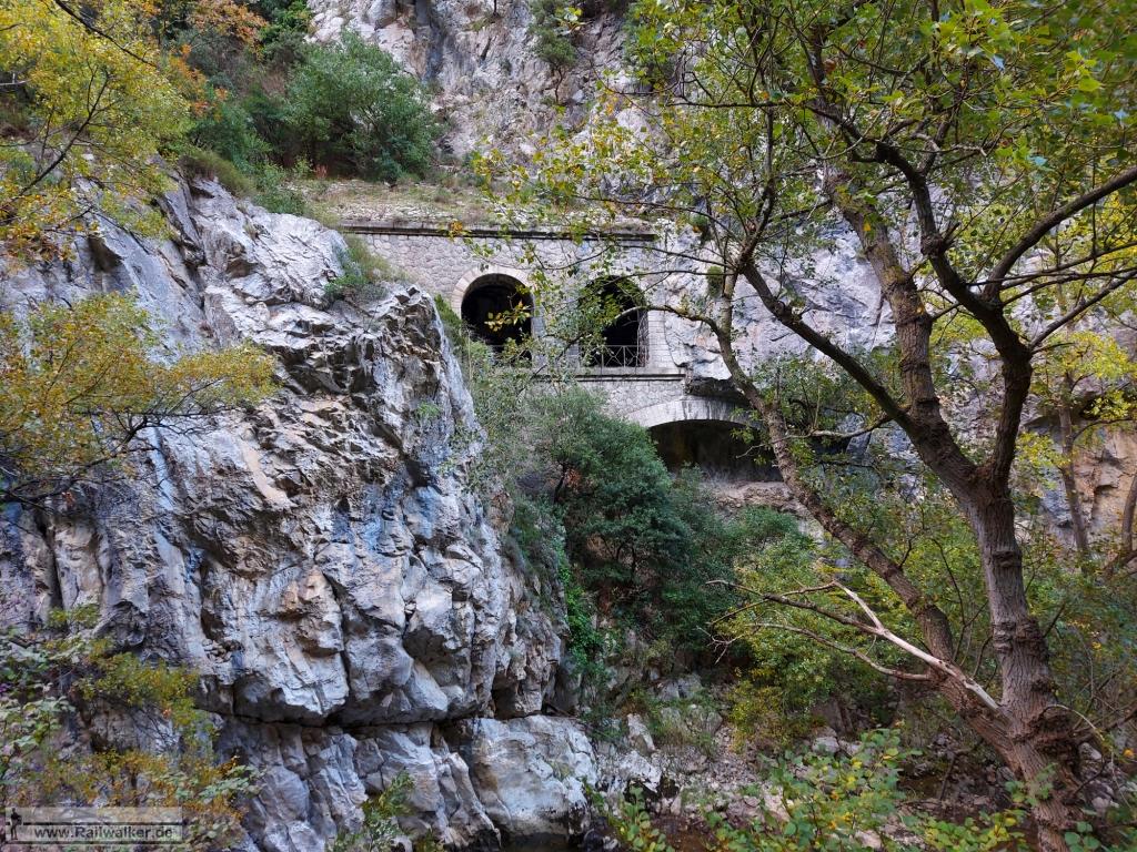 Ansicht von Außen. Unterhalb des Tunnels befindet sich ein Steinbogenviadukt.