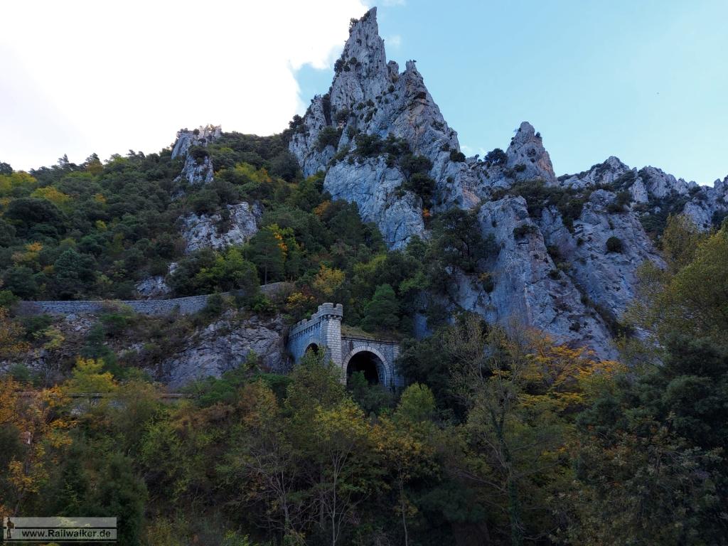 Das Nordportal des Tunnel de Pierre-Lys. Aussicht von der Straße aus.