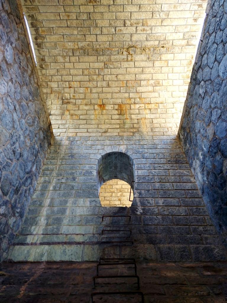 Auf der anderen Seite einer Mauer geht es wieder hinauf.