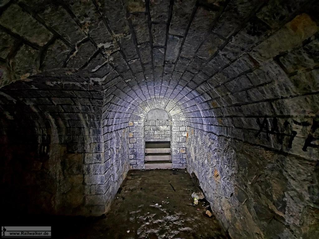 Über eine Treppe geht es zu den Kammern.