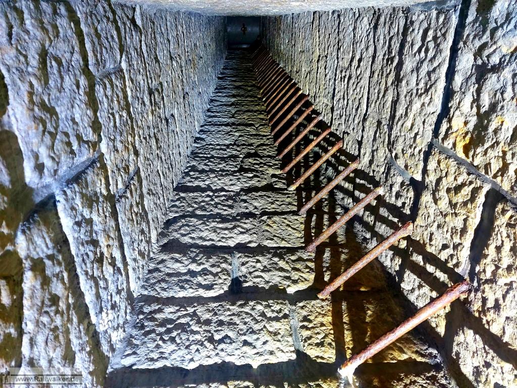 Über diesen senkrechten Schacht geht es zur Sprengkammer die sich über der Tunnelröhre befindet.