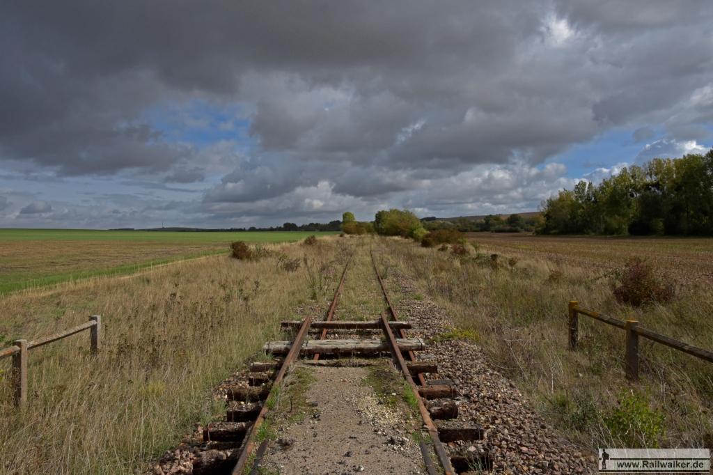 An einem Bahnübergang. Zur Beseitigung wurde oft ein Gleisjoch entfernt und ein paar Meter weiter abgelegt.