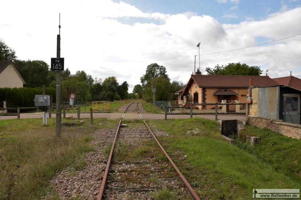 Bahnübergang 145. Rechts ist das frühere Wohnhaus des Schrankenwärters zu sehen.