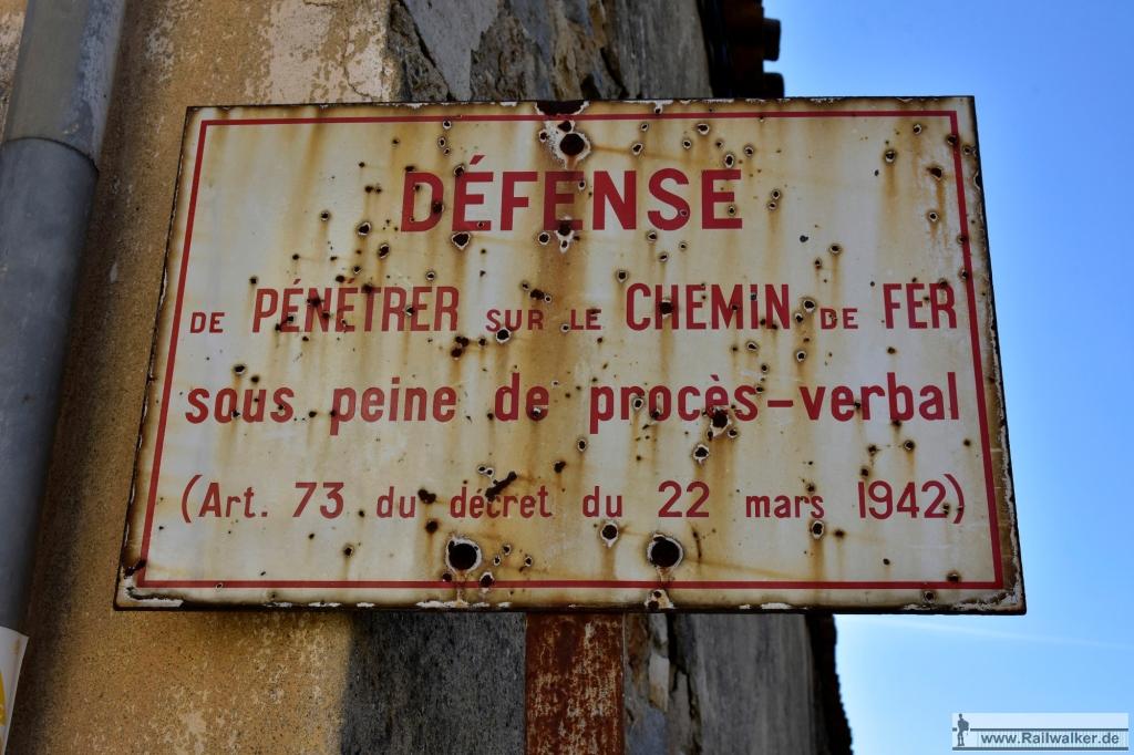 Ein altes Schild weißt auf ein Dekret von 1942 hin.