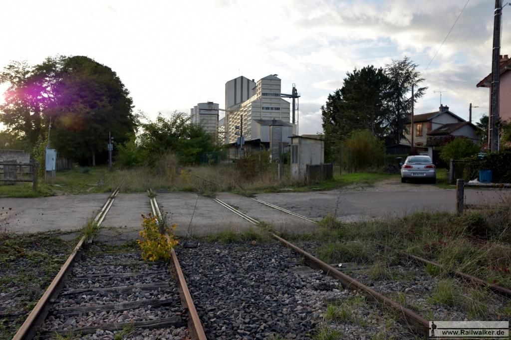Im Bahnhof Villeneuve-l'Archevêque. Rechts ist schon ein Getreidesilo zu sehen.