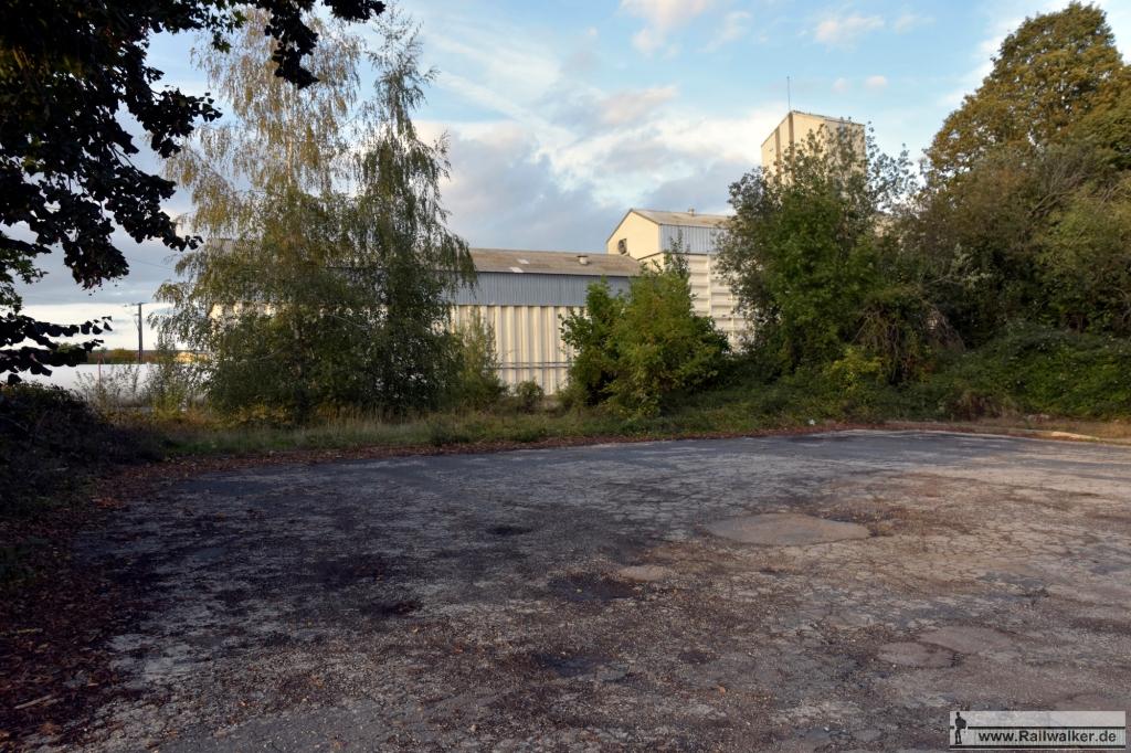 Am Rande dieses Platzes befand sich das Bahnhofsgebäude