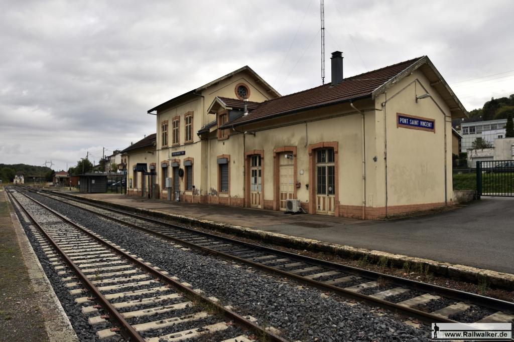 Der Bahnhof Pont-Saint-Vincent. Die Personenzüge aus Nancy fahren bis hierher. Der Güterverkehr fährt noch 4 Kilometer weiter zu einem Zementwerk.