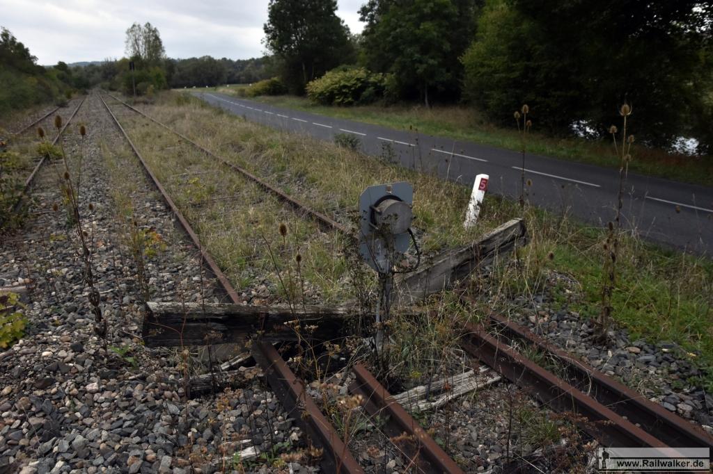 Bis hierher können die Züge nach Fahren. Hinter dem Schwellenkreuz ist die Strecke gesperrt.