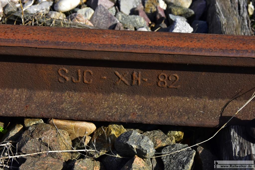 Eine Schiene aus Belgien. Sie wurde im Dezember 1882 gewalzt. Dies ist die älteste Schiene die ich entlang der Strecke finden konnte.