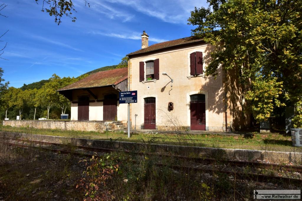 Der Bahnhof Alet-les-Bains. Das obere Stockwerk ist bewohnt.