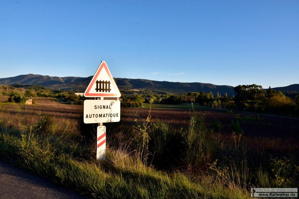 Am Ortsausgang von Limoux. Die Bahnlinie nähert sich zielstrebig den Bergen im Hintergrund.