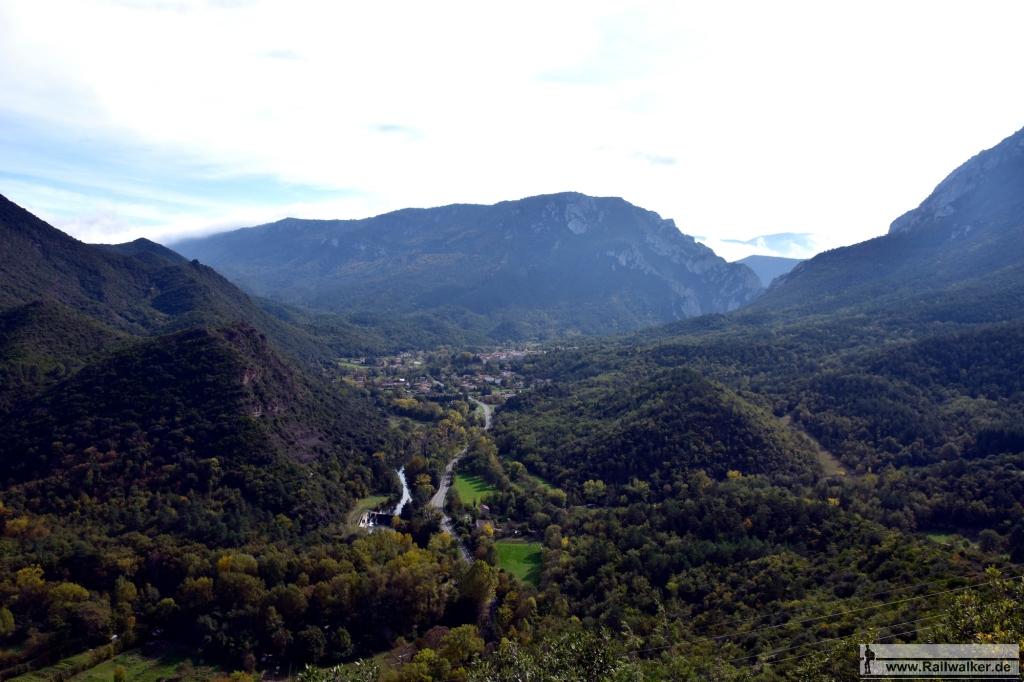 Aussicht von einer namenlosen Bergkuppe in Richtung Süden. Unten im Tal liegen die Straße, die Aude und die Bahnlinie. Die Pierre-Lys-Schlucht beginnt hinten rechts.