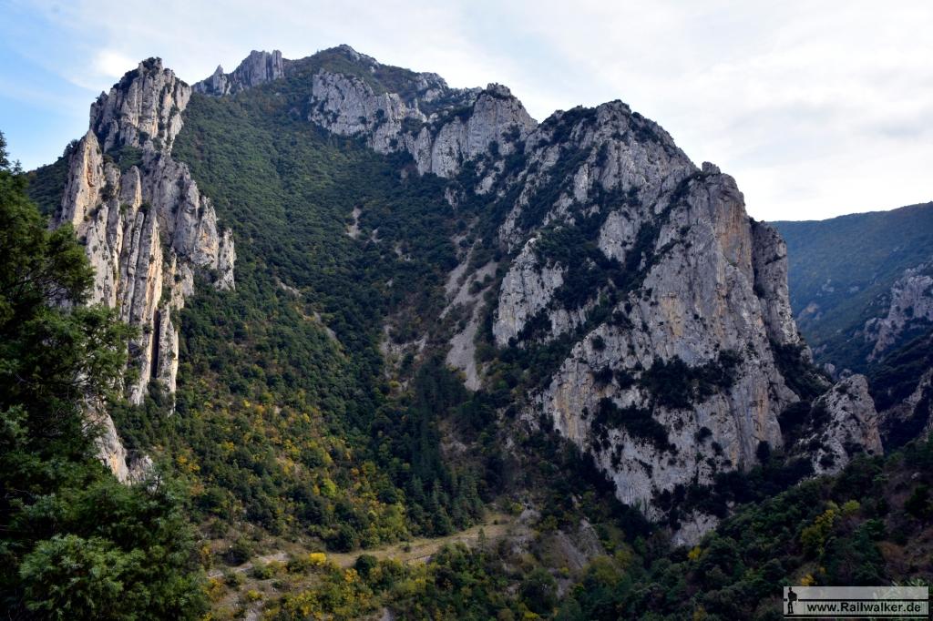 Das Felsmassiv les Murailles du Diable. Dort wo sich die Wiese befindet, liegt der Tunnel du Pierre-Lys.
