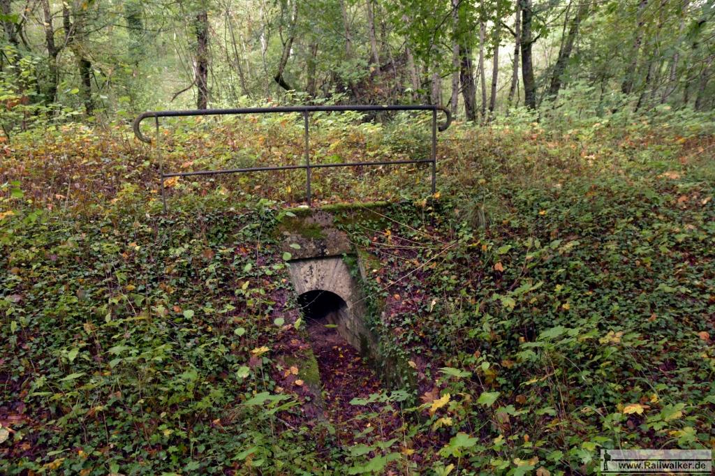 """Im Wald """"Bois des Rapailles"""" gibt es eine Vielzahl kleiner Durchläße und Unterführungen. Manche sogar noch gut sichtbar."""