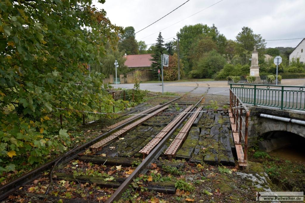 Das Anschlußgleis in Manois. Das Firmengelände liegt etwa 1km vom Bahnhof entfernt.