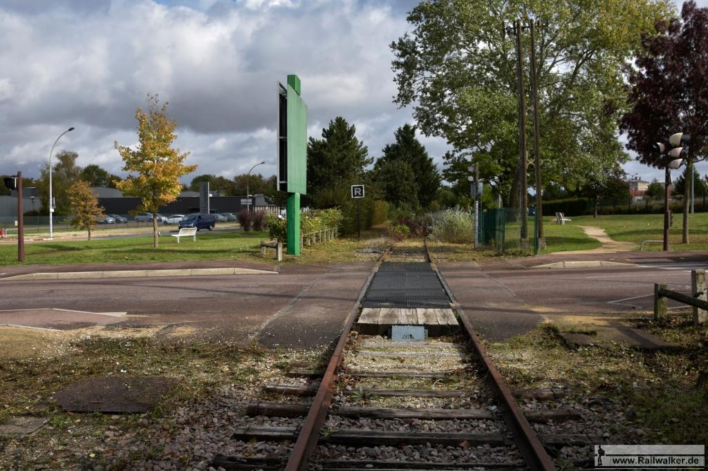 Ein Bahnübergang am Ortsausgang von Troyes.
