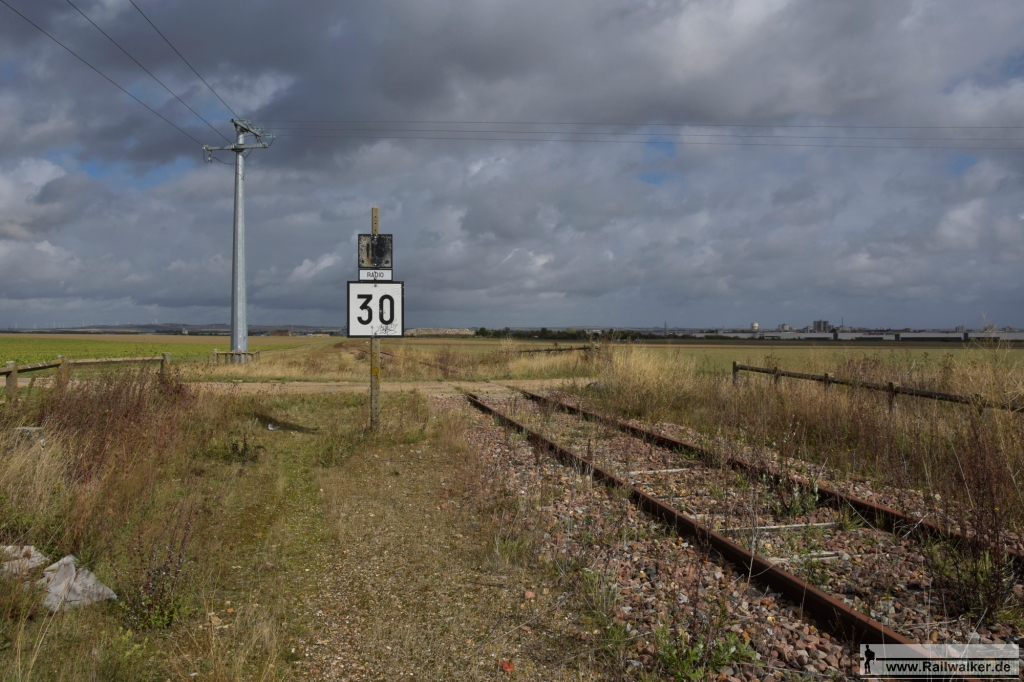 An einem der Bahnübergänge. Die erlaubten Geschwindigkeiten waren oft sehr niedrig.