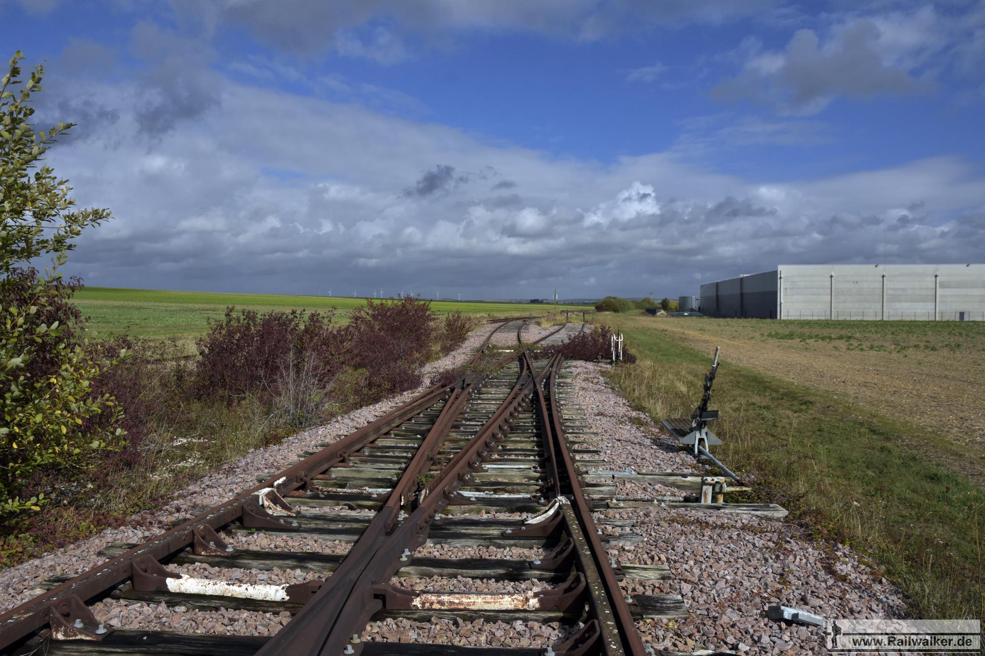 Ein ungenutzter Gleisanschluß im Industriegebiet.