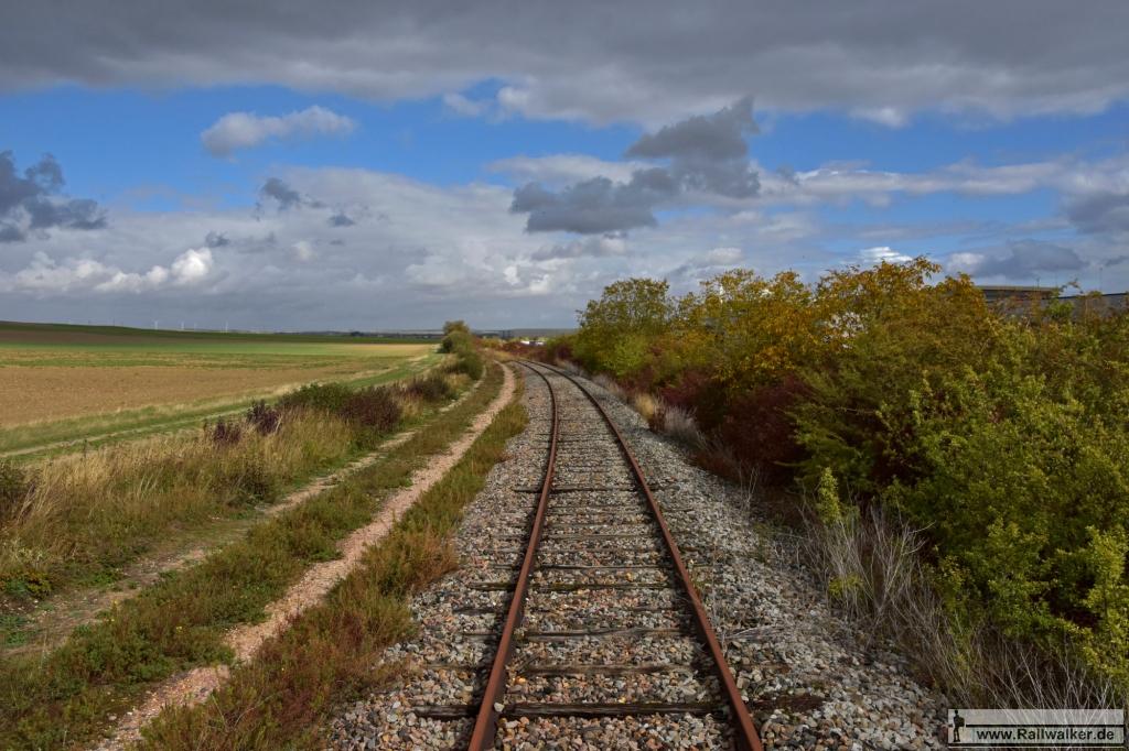Deutlich zu sehen die Fläche auf der früher das 2. Streckengleis lag.