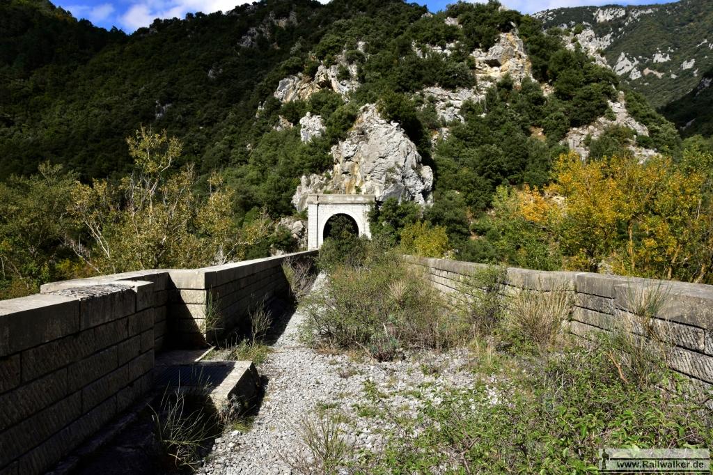 Streckenkilometer 409: Die Pont sur l'Aude. Sie liegt genau zwischen zwei Tunneln..