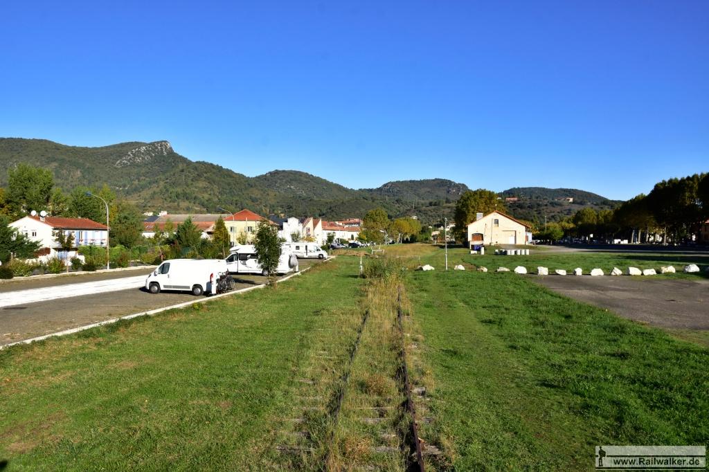 Ausblick auf das Bahnhofsareal von Quillan. In der rechten Bildhälfte ist der Güterschuppen zu sehen.