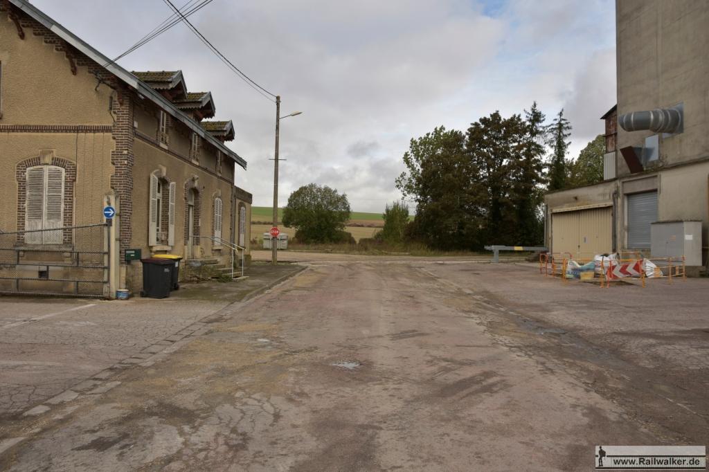 Genau am Ende dieser Straße stand früher das Bahnhofsgebäude.
