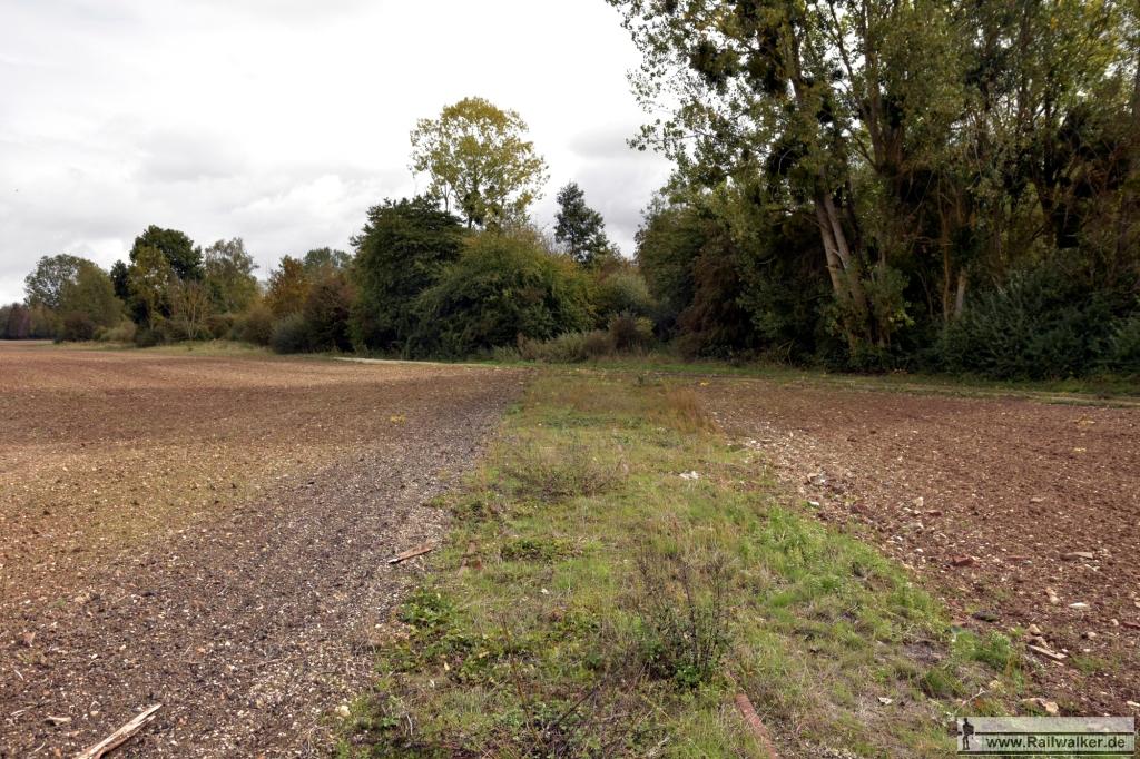 Zwei Kilometer hinter Estissac gab es einen Gleisanschluß. Die Trasse ist auf diesem Acker noch gut erkennbar