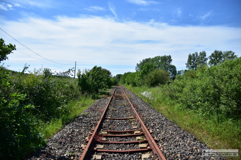 Entlang der Strecke wurden wegen der desolaten Betonschwellen viele Spurstangen eingesetzt
